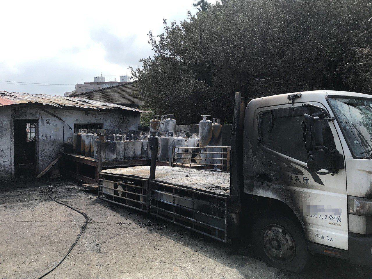 瓦斯鋼瓶、貨車燒毀情況。記者劉星君/翻攝