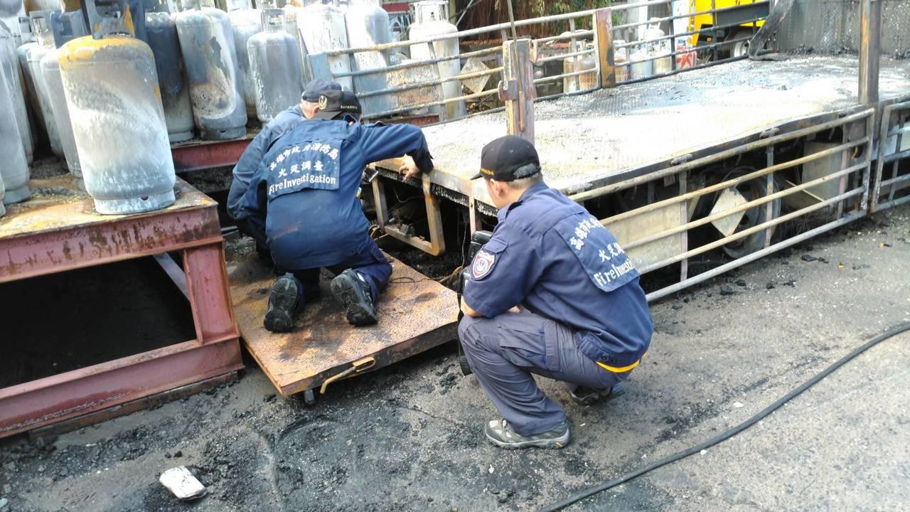 高市消防局火調科人員今現場勘查,釐清火警發生原因。記者劉星君/翻攝