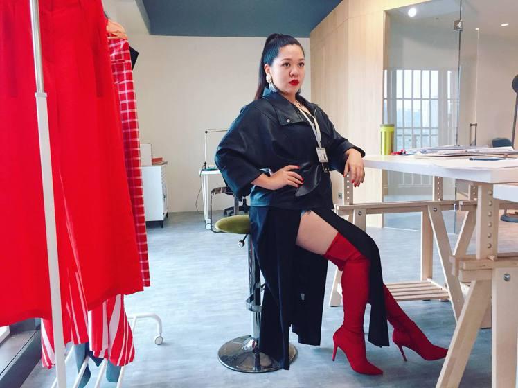 因為鮮明的造型風格,Amanda演出《三明治女孩的逆襲》劇中服裝設計師。圖/Am...