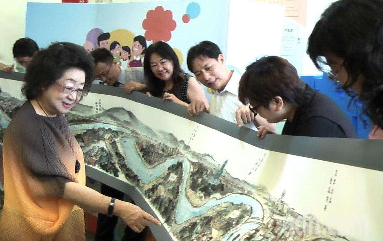 高雄市教育局長范巽綠(左)任內推動愛河學園計畫,學校今天贈她長幅「愛河學園圖」紀...
