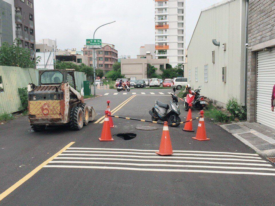 安平區光州七街3號前,即光州七街與平豐路口路基塌陷,寬約1公尺、深約1.5公尺。...