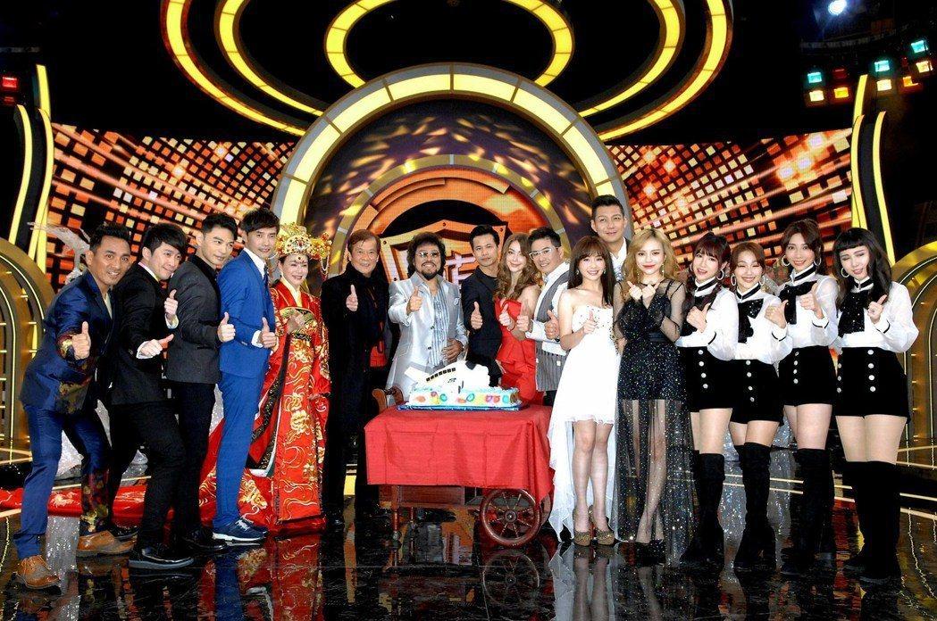 張菲(左7)復出做「綜藝菲常讚」首播收視告捷時,前總經理郭建宏(左6)才為他風光