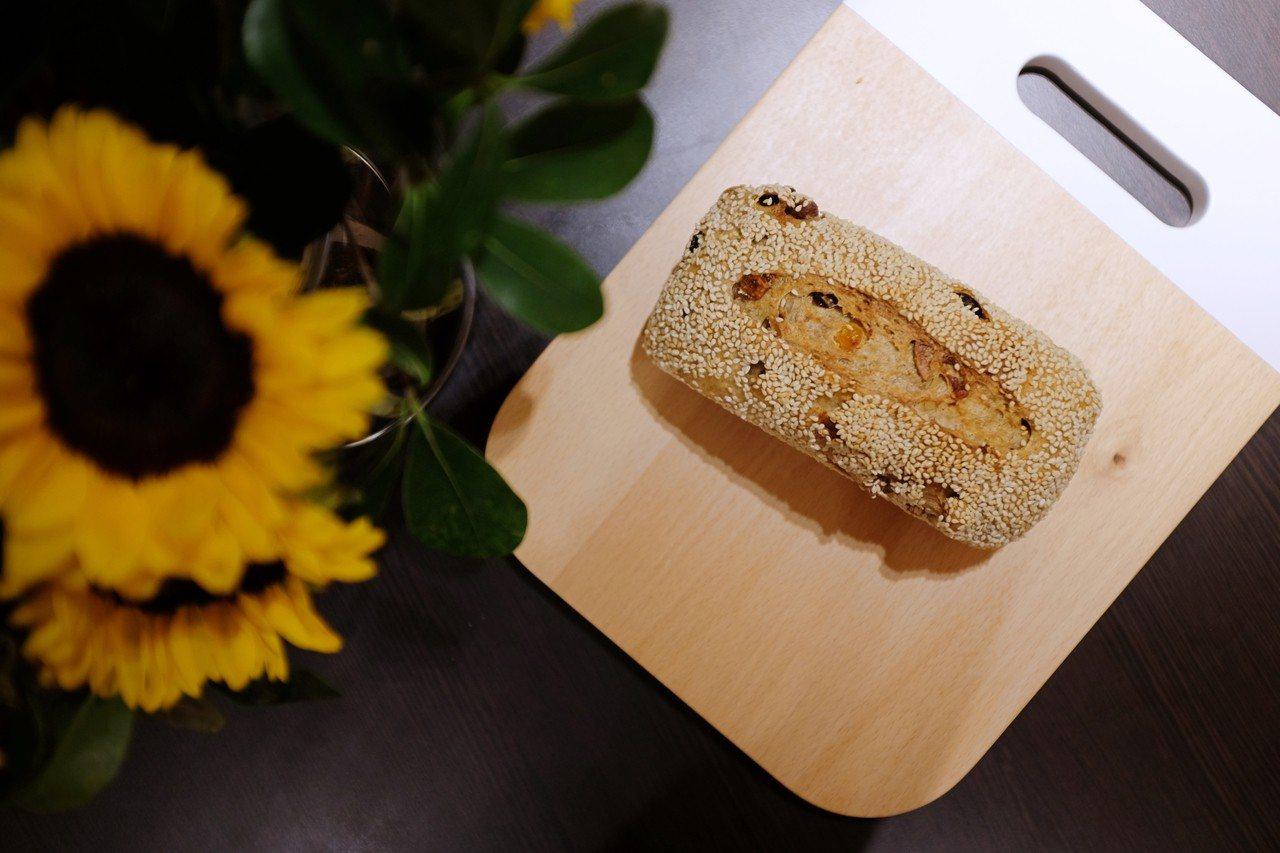 纖維什錦果麥麵包加入杏仁、榛果、蔓越梅乾等配料。記者沈佩臻/攝影