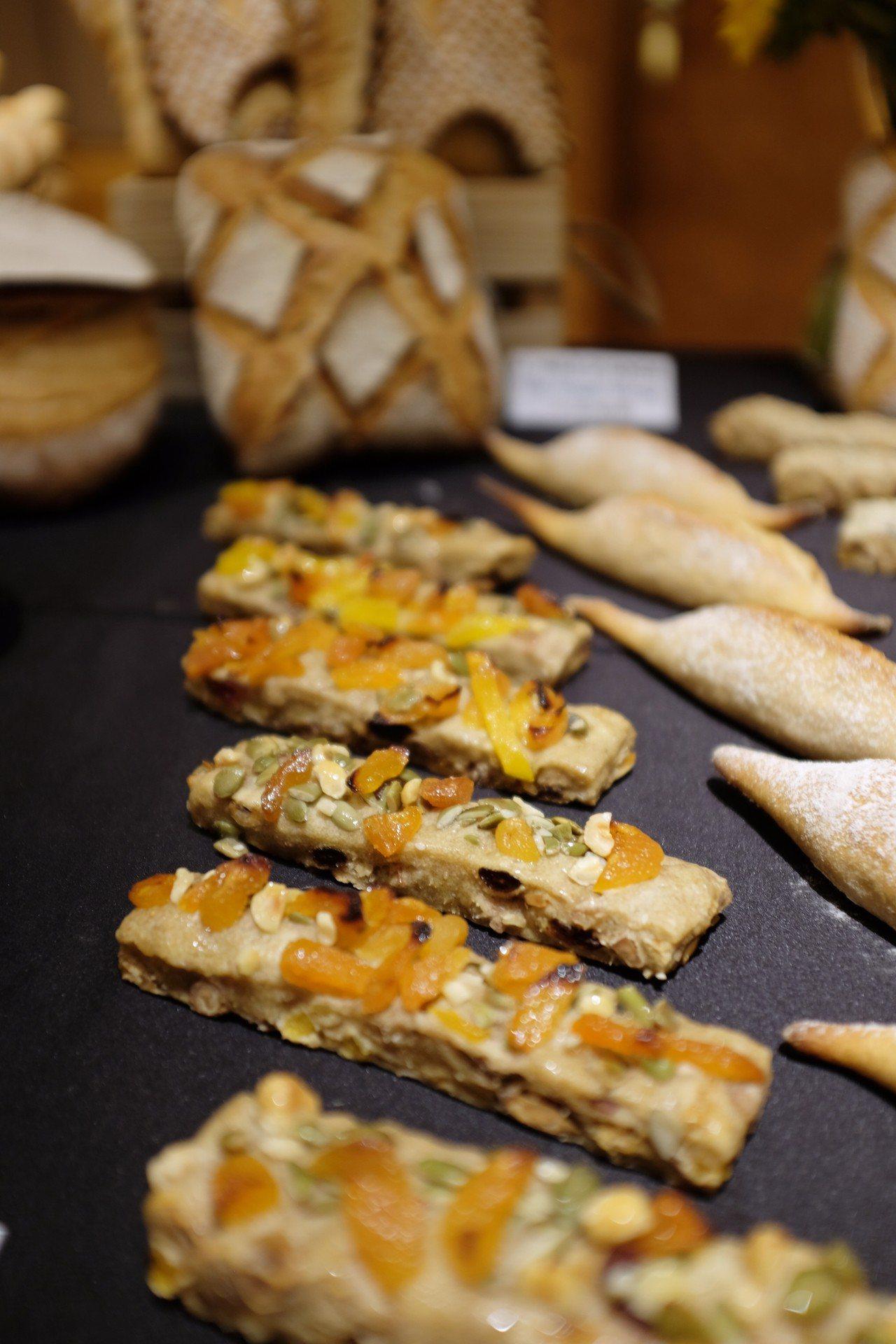 除了販售2款麵包,活動現場Olivier Magne也示範多款拿手麵包。記者沈佩...