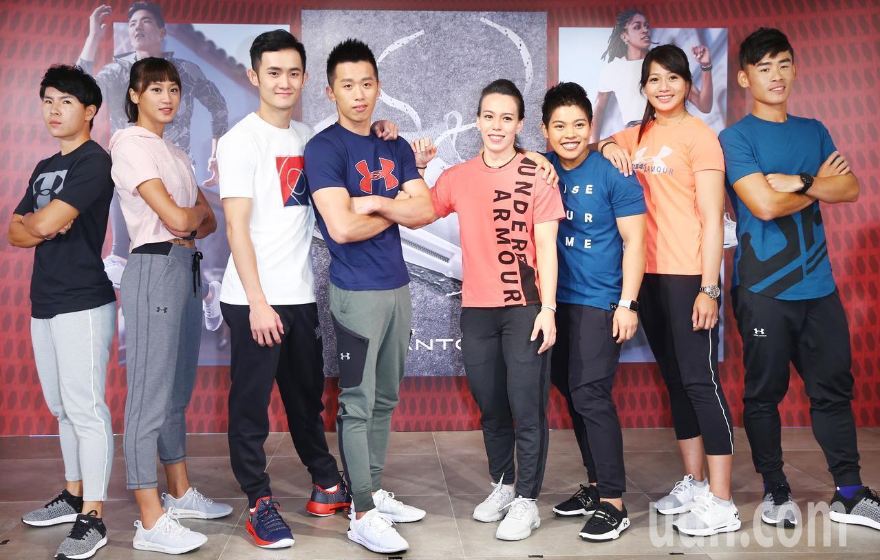 郭婞淳(右四)、李智凱(左四)為台灣拿下兩面雅加達亞運金牌,運動品牌贊助商下午舉...