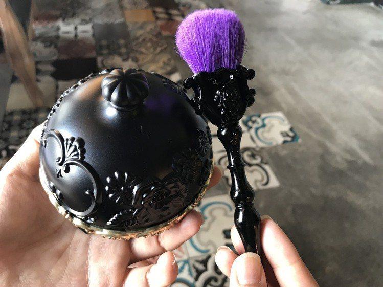 薔薇魔法蜜粉與魔法棒彩妝刷。記者江佩君/攝影。