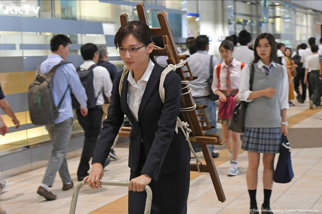 綾瀨遙(左)在劇中與女兒上白石萌歌的互動,引發日本女性觀眾共鳴。圖/KKTV提供
