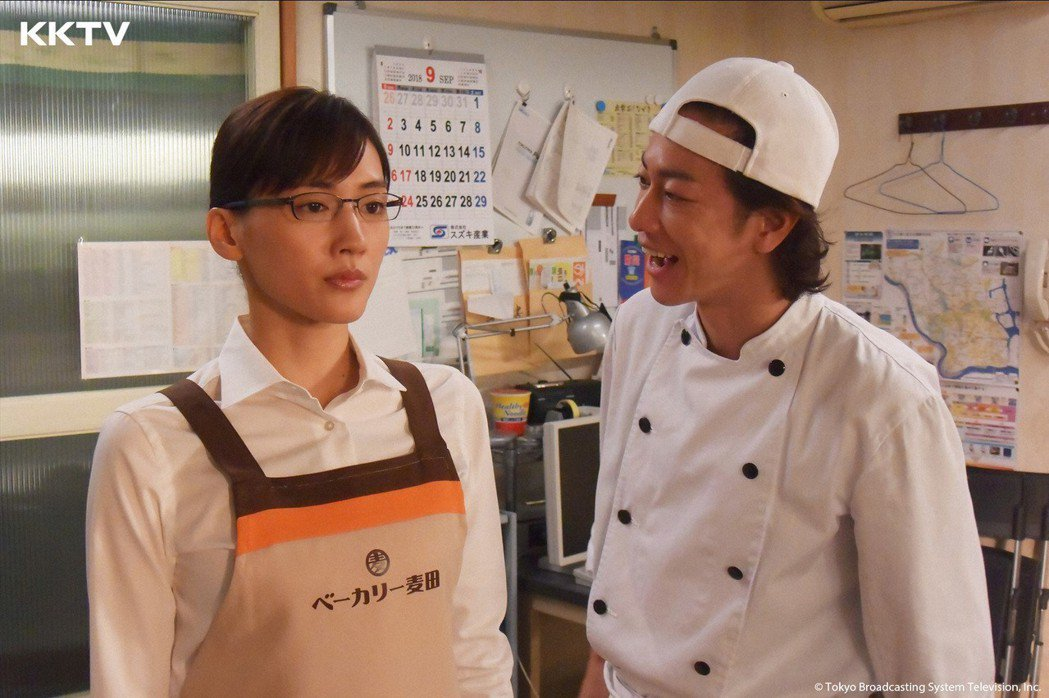 綾瀨遙(左)在劇中協助佐藤健的麵包店事業。圖/KKTV提供