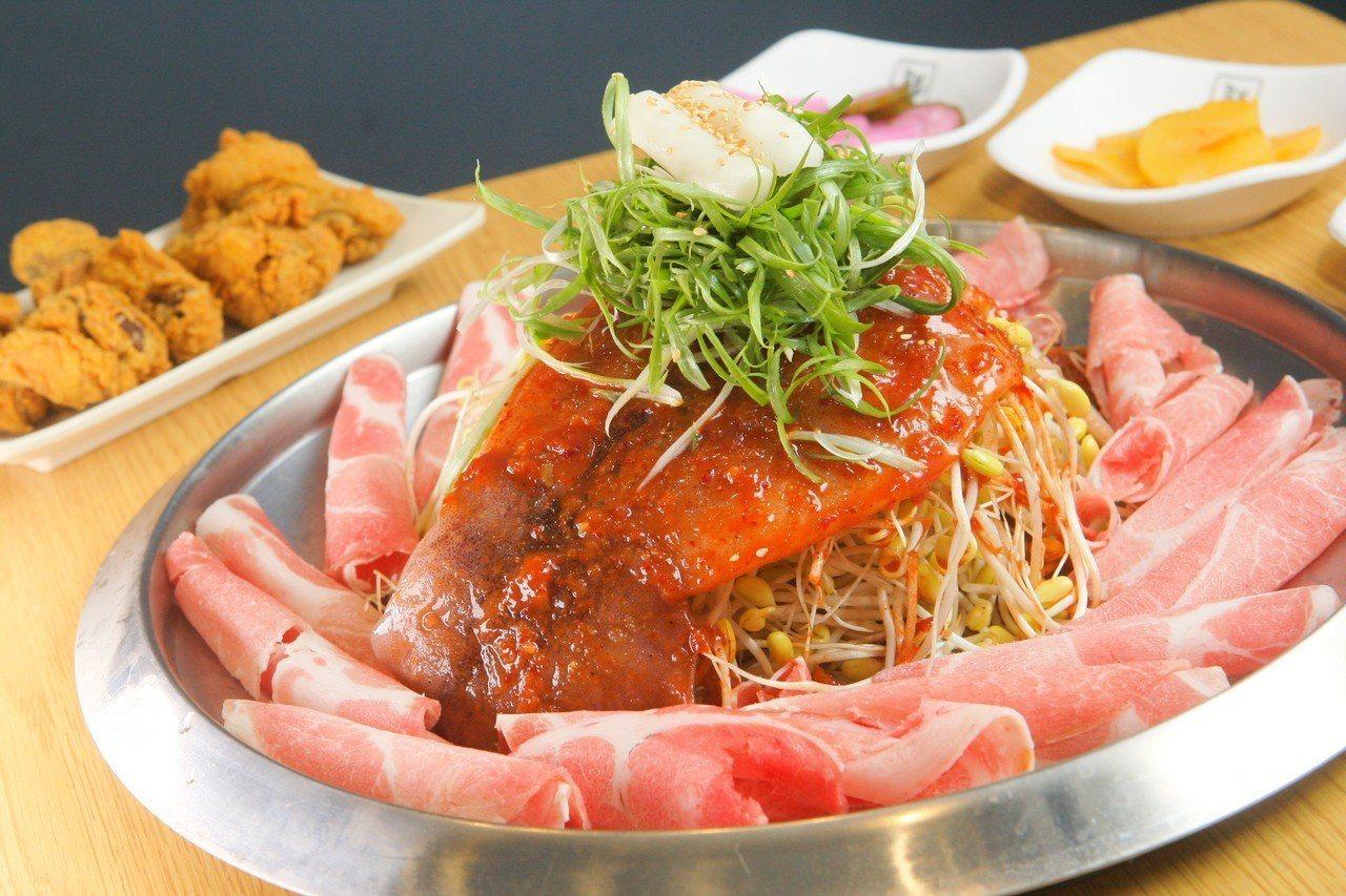 招牌的豆芽海陸鍋,雙人份498元。記者陳睿中/攝影