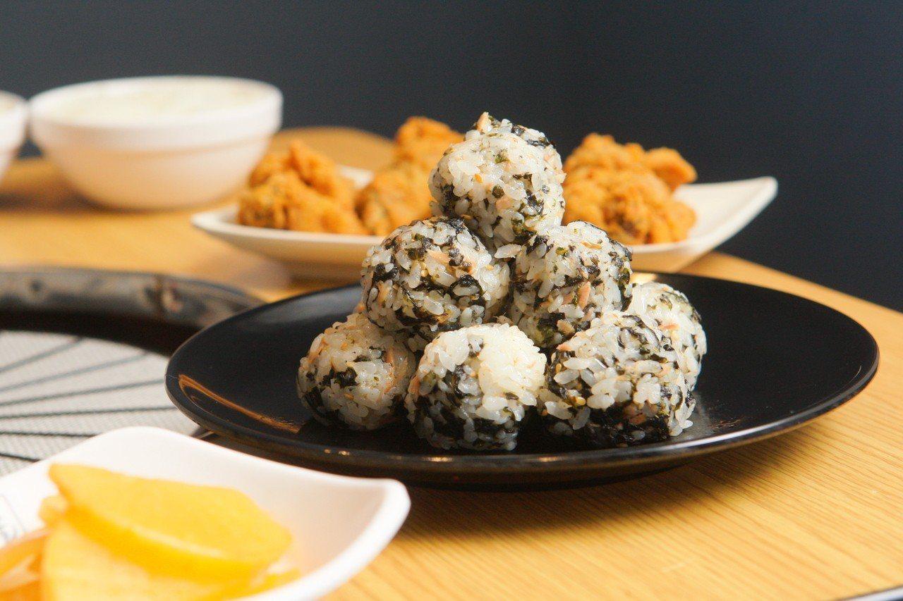能夠自己動手捏製的韓式鮪魚飯糰,每份79元。記者陳睿中/攝影