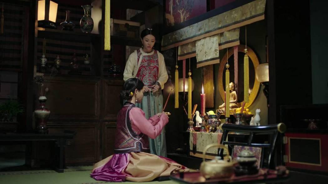 嘉妃私底下和貼身宮女穿韓服。圖/截圖自愛奇藝台灣站