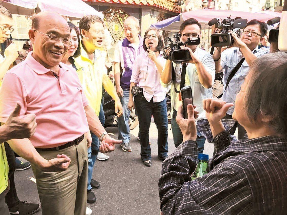 昨有民調顯示,民進黨新北市長參選人蘇貞昌(左一)與對手侯友宜差距再縮短,蘇貞昌表...