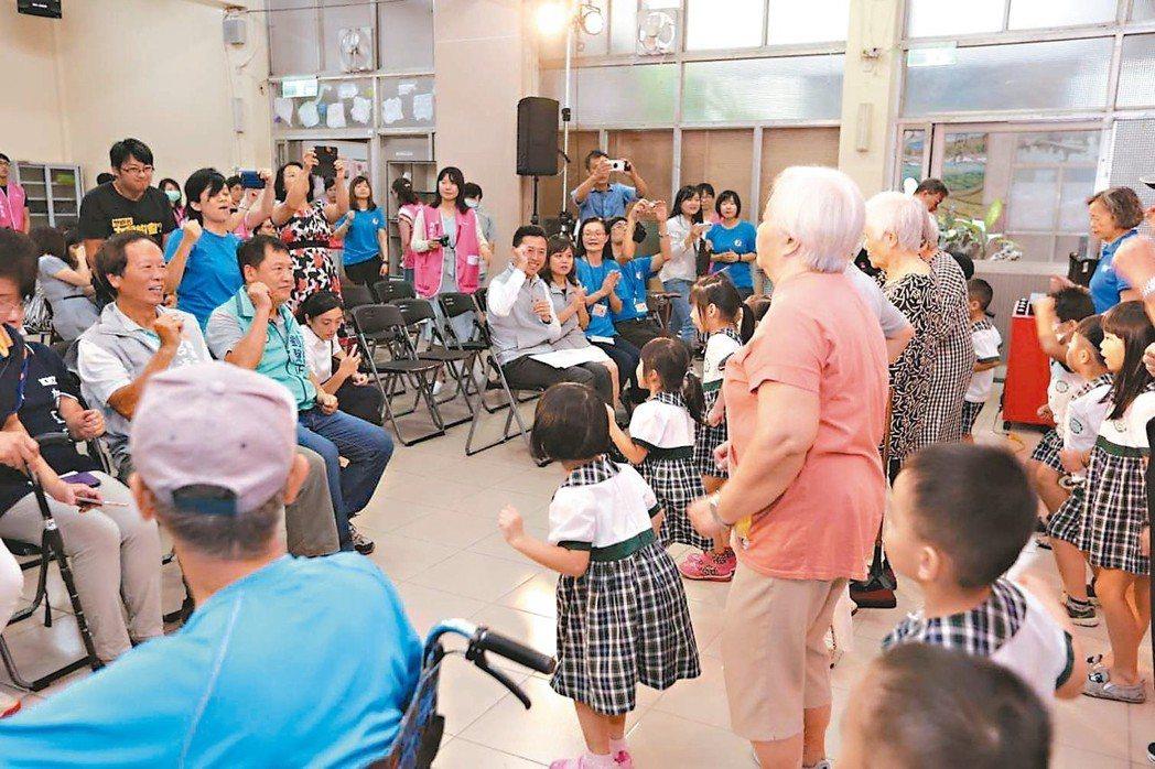 新竹社會服務中心推出代間共融方案,每個禮拜孩童與長輩一起玩遊戲、做手工。 圖/市...