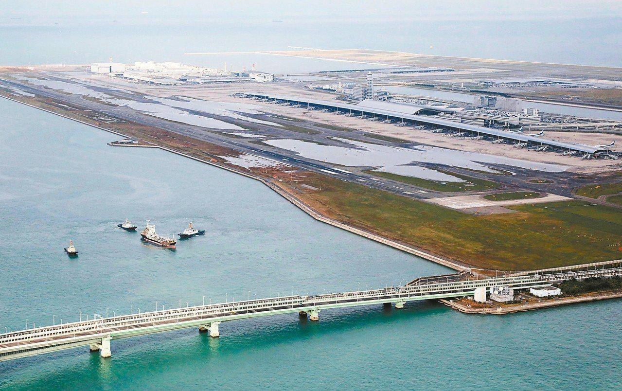 空拍圖顯示關西機場跑道五日仍大面積淹水。 (歐新社)