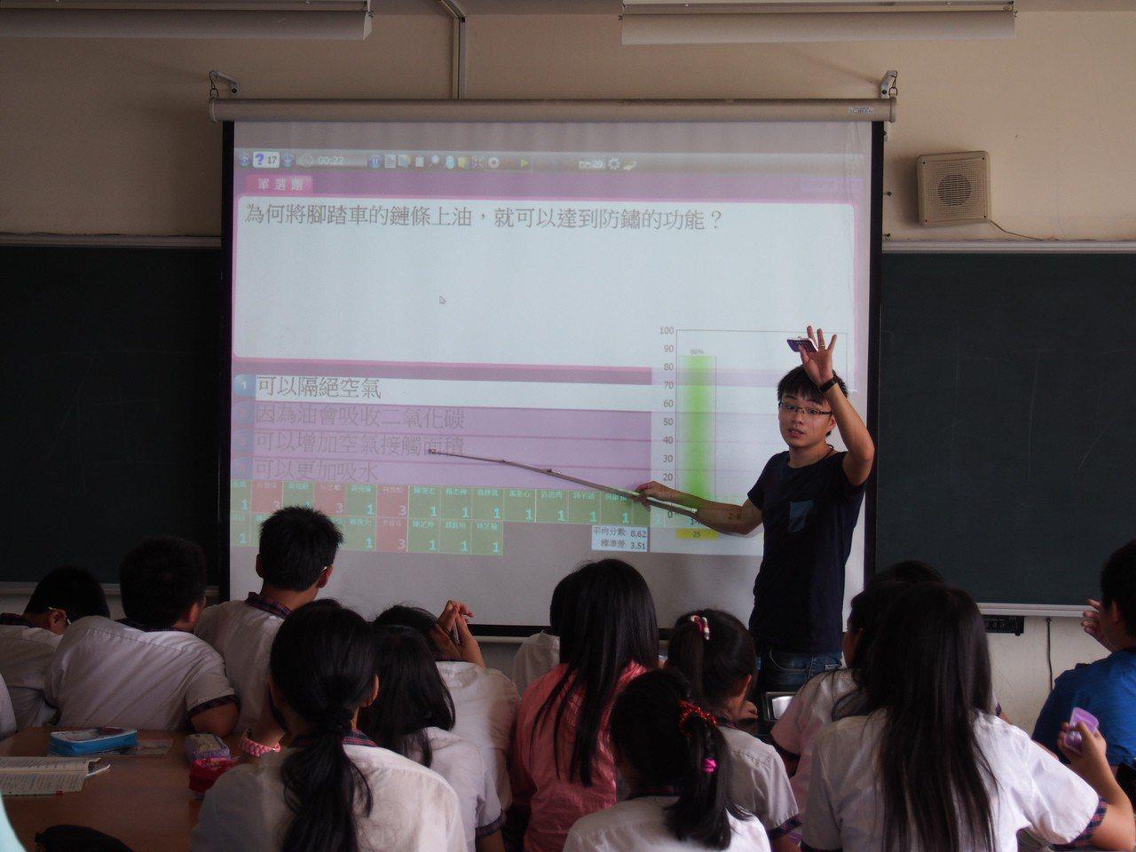 建德國小教師陳煥文(站立者)曾在菲律賓擔任華語老師,更能體會弱勢學生的艱困。圖/...