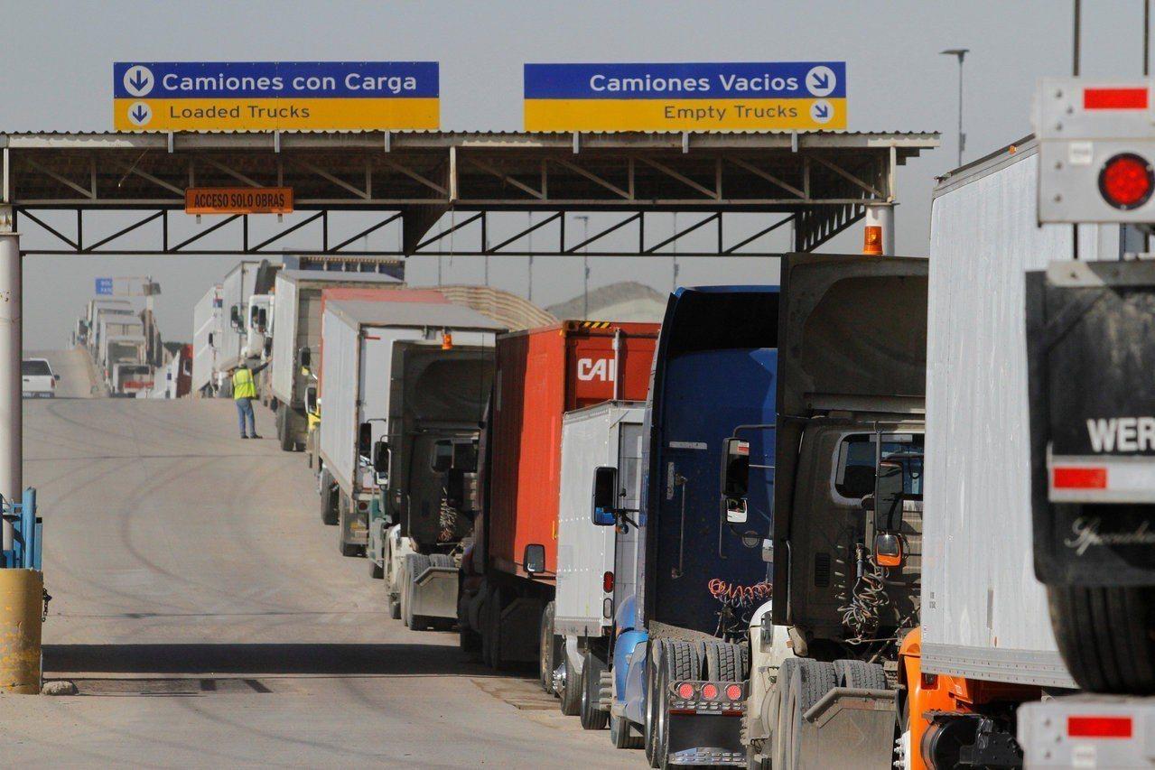 大陸人蛇集團高薪聘台籍車手到美墨邊境載至少卅四名陸籍偷渡到美國,桃園地檢署昨天起...