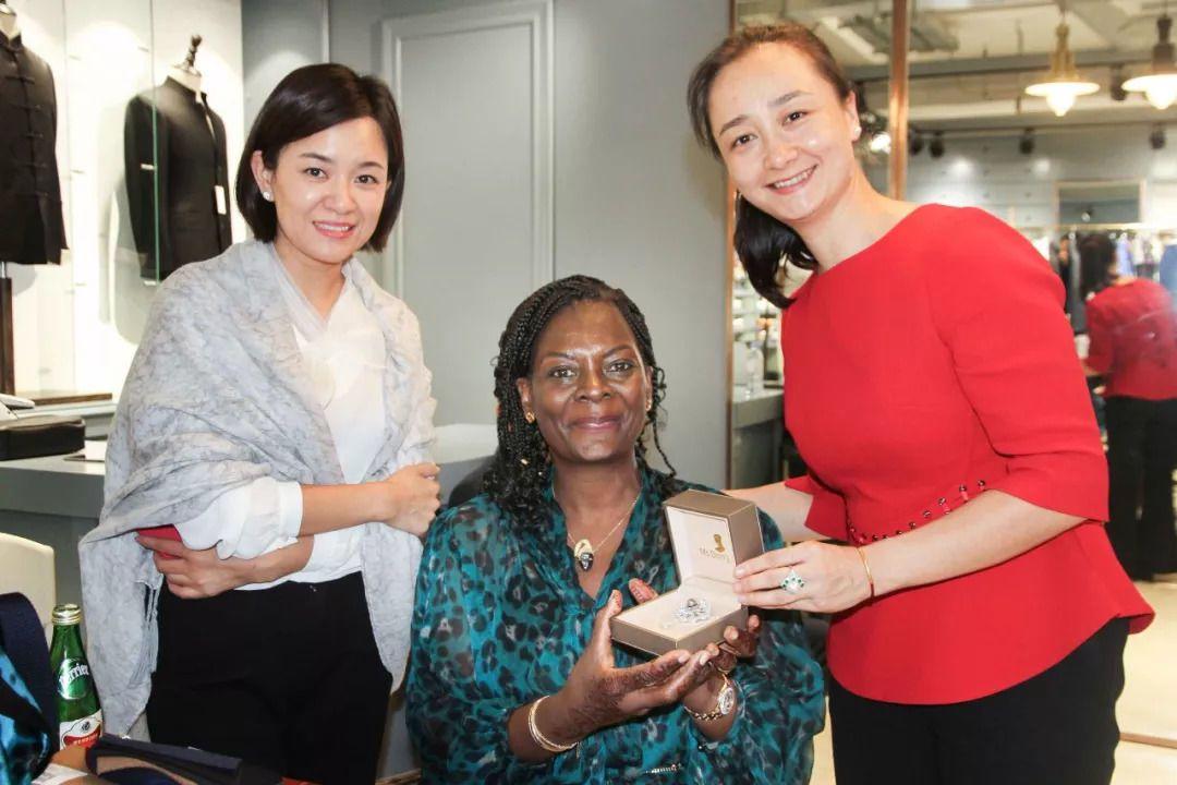 布吉納法索總統夫人(中)是當天秀水市場的最豪消費者,秀水市場總經理(右)贈送珍珠...