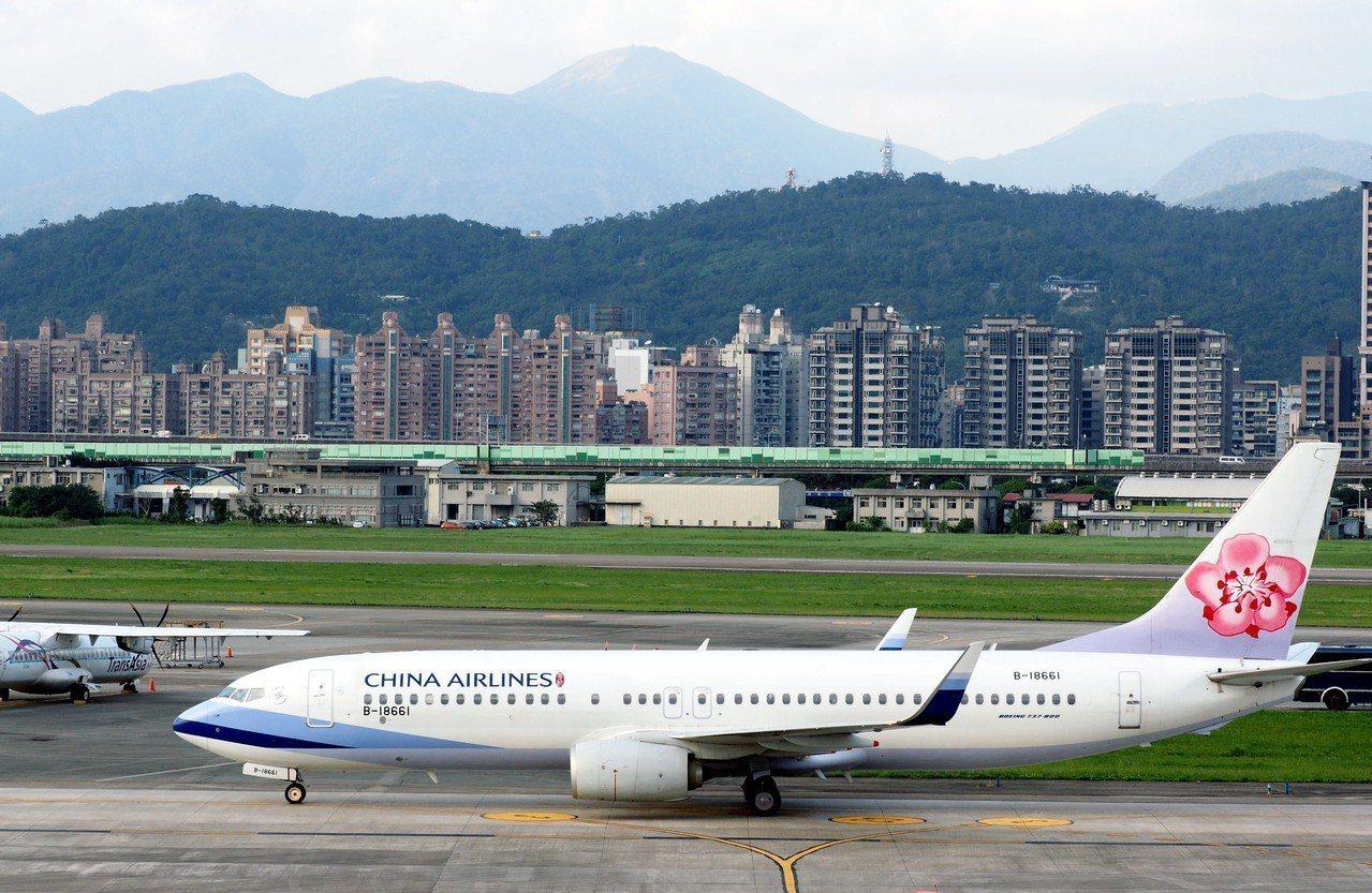 北海道6日發生強震,新千歲機場受損關閉。我國國籍航空華航及長榮剛都宣布取消航班。...