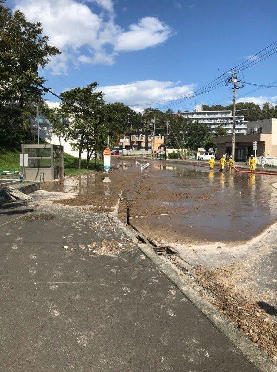 日本民眾拍到北海道清田区里塚因為土地液化一片泥濘。圖擷自noi推特