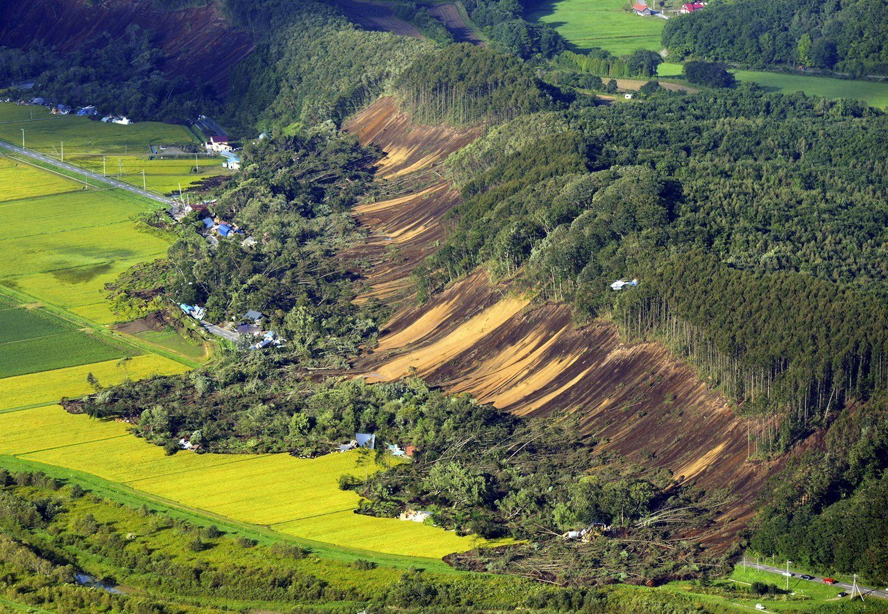 北海道厚真町的吉野地區發生大規模山崩,有十幾戶民宅受災。圖/歐新社