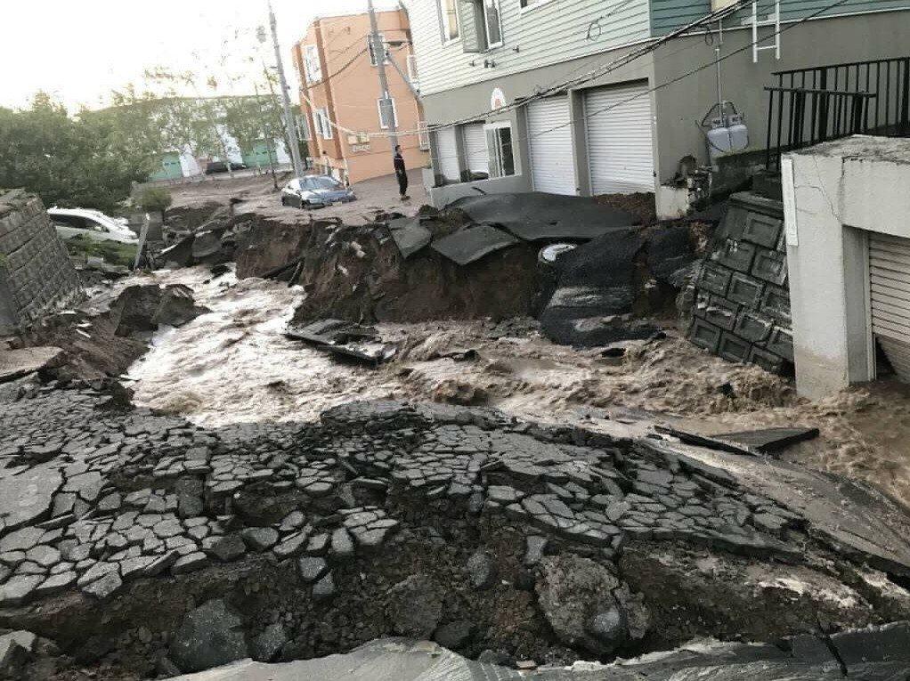 日本首相安倍晉三上午在官邸召開閣僚會議,因應北海道發生規模6的強震,決定派2.5...