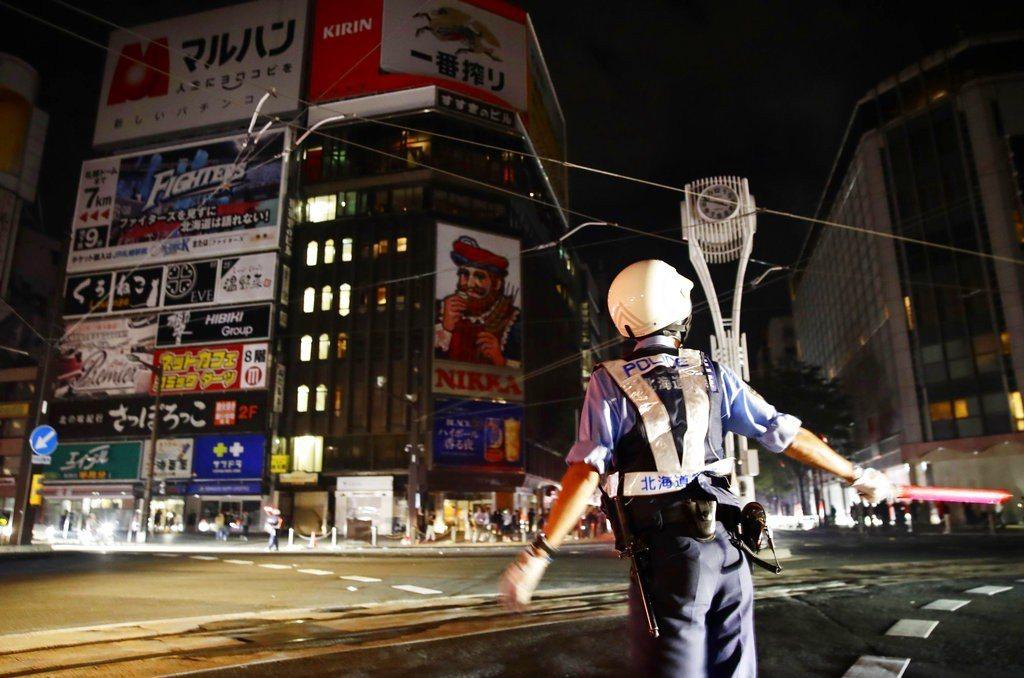 北海道強震造成街道大停電。 美聯社