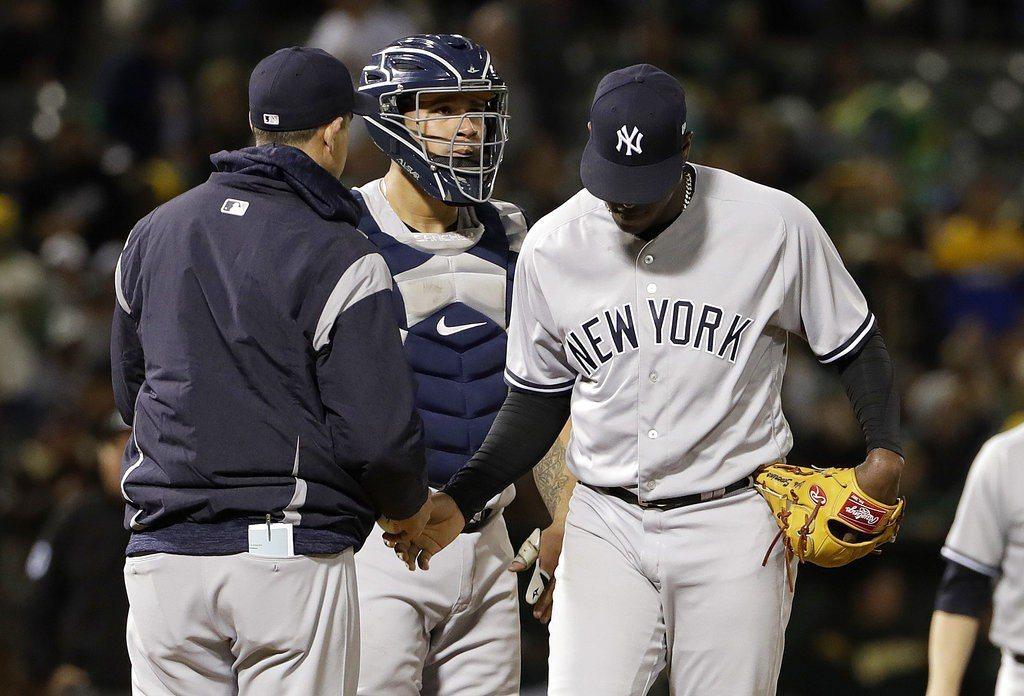 先發投手塞佛里諾(右)、捕手桑契斯(中)1局下狀況連連,不但出現兩次暴投,還有兩...
