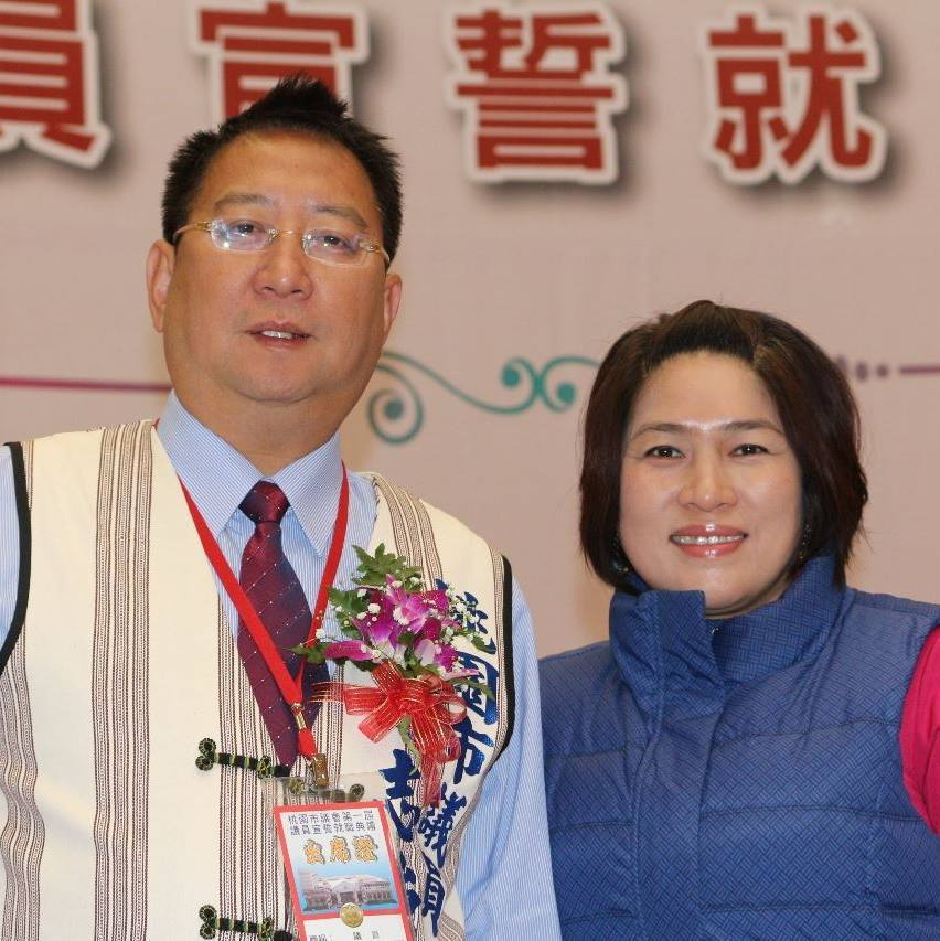 無黨籍桃園市議員蘇志強(左)拚連任山地原住民選區,妻子王仙蓮(右)則獲國民黨提名...