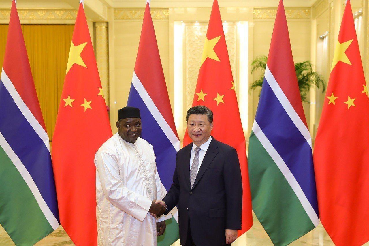 甘比亞總統巴羅與大陸國家主席習近平握手。 路透