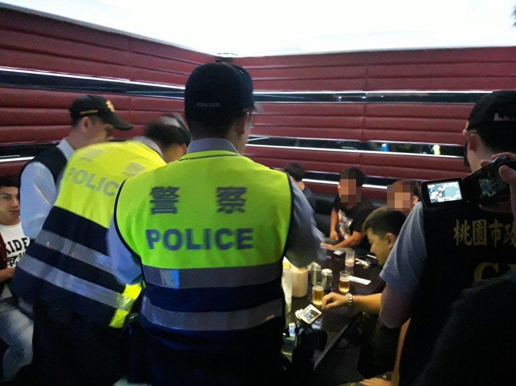 警方在KTV臨檢,經常查獲毒品或竊盜通緝犯。 圖/警方提供