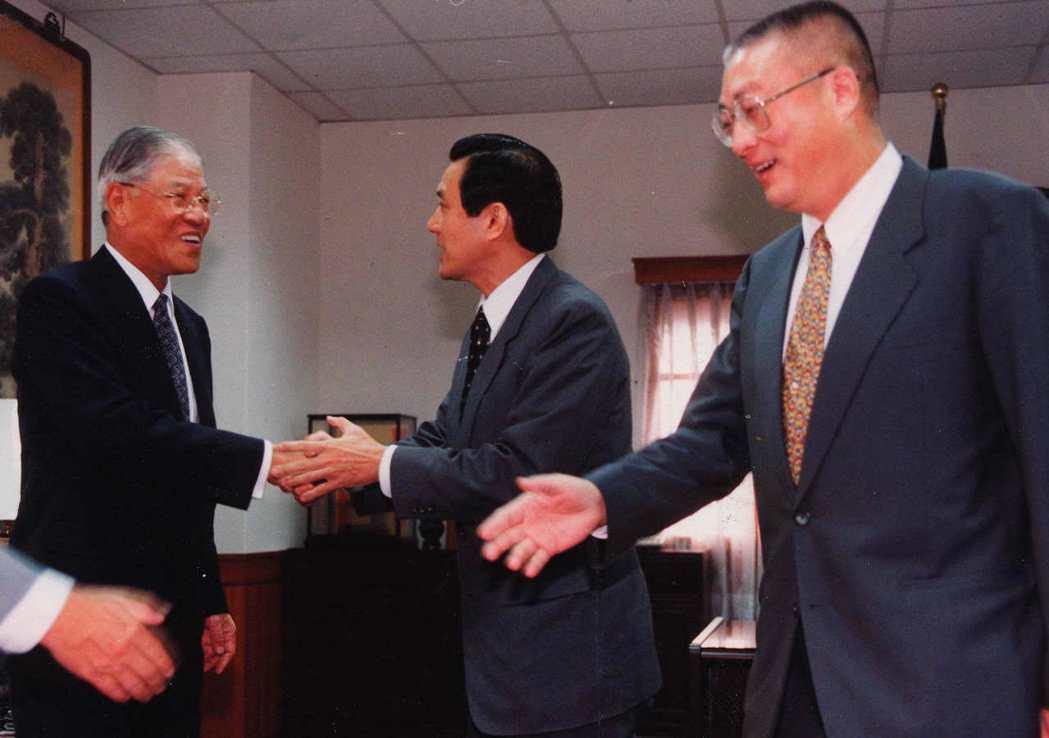 民國八十七年台北市長選舉,時任國民黨主席的李登輝接見國民黨北、高市長提名人馬英九...