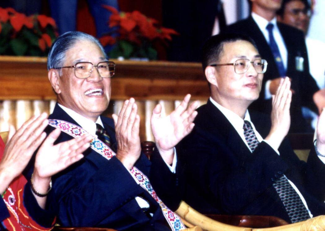當年李登輝總統(左)是否能勸進高雄市長吳敦義競選連任,是高雄市各界注目的焦點。圖...