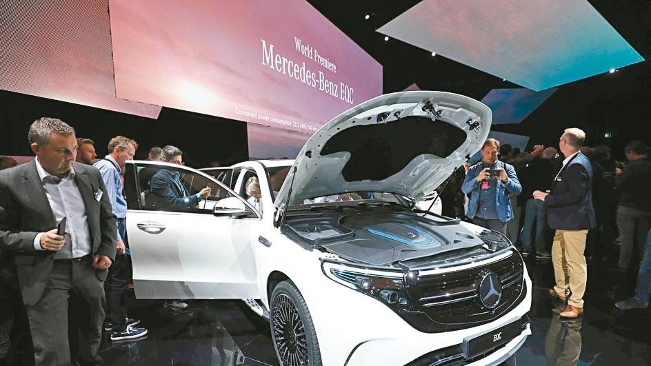 賓士汽車發表首款純電動運動休旅車(SUV)EQC,預定明年上半年投產。 法新社