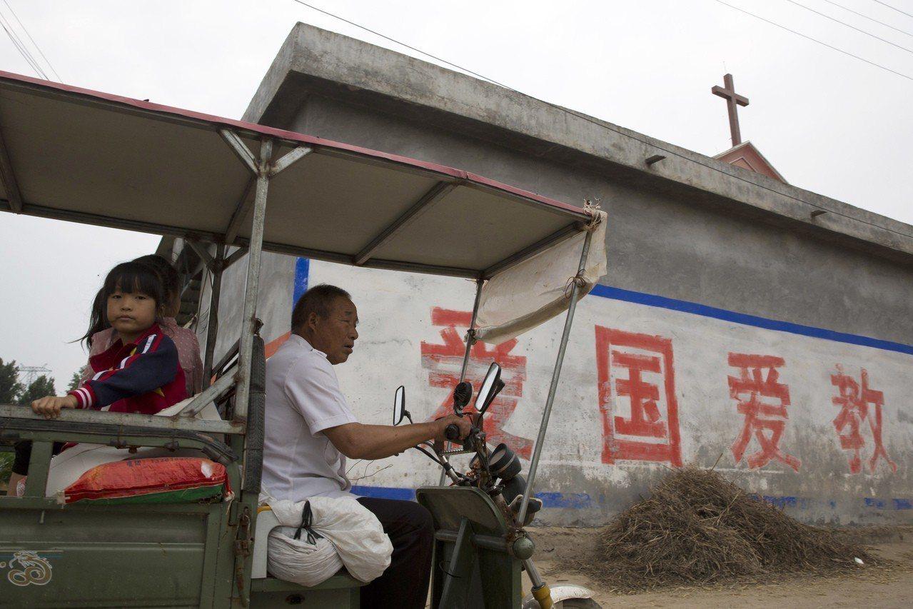 中國掀起新一輪清拆教會十字架行動,河南大規模清拆十字架,據稱已有4000多間教會...
