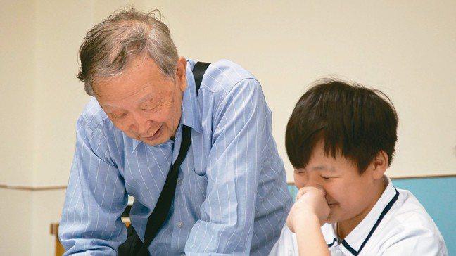 學者李家同(見圖左)創辦的博幼基金會,致力幫偏鄉弱勢生課輔,未來也將把程式設計列...