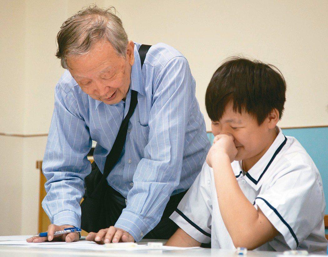學者李家同(左)創辦的博幼基金會,致力幫偏鄉弱勢生課輔,未來也將把程式設計列為國...