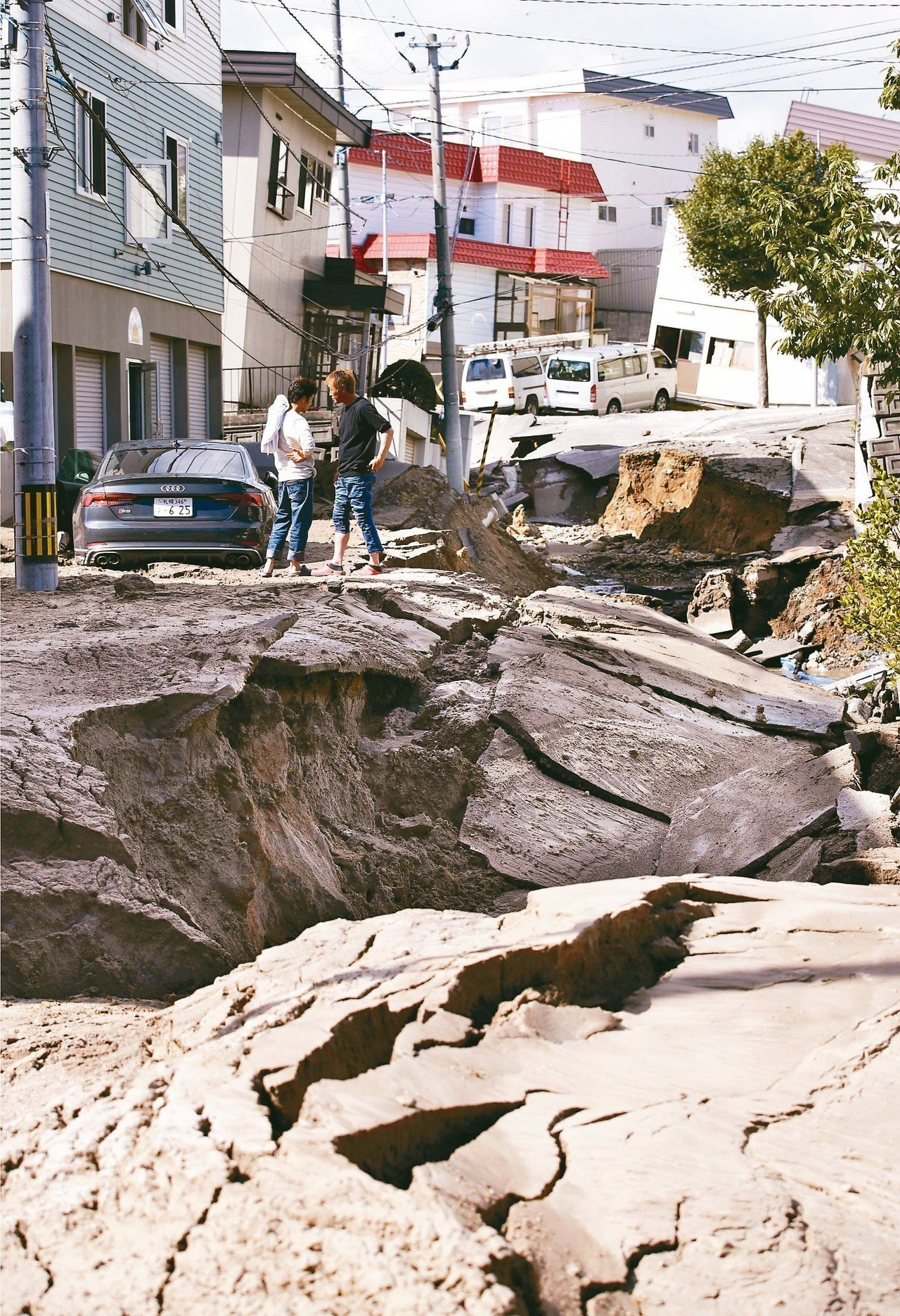 日本北海道胆振地區今日凌晨3時8分發生芮氏規模6.7地震,札幌市區內出現道路液化...
