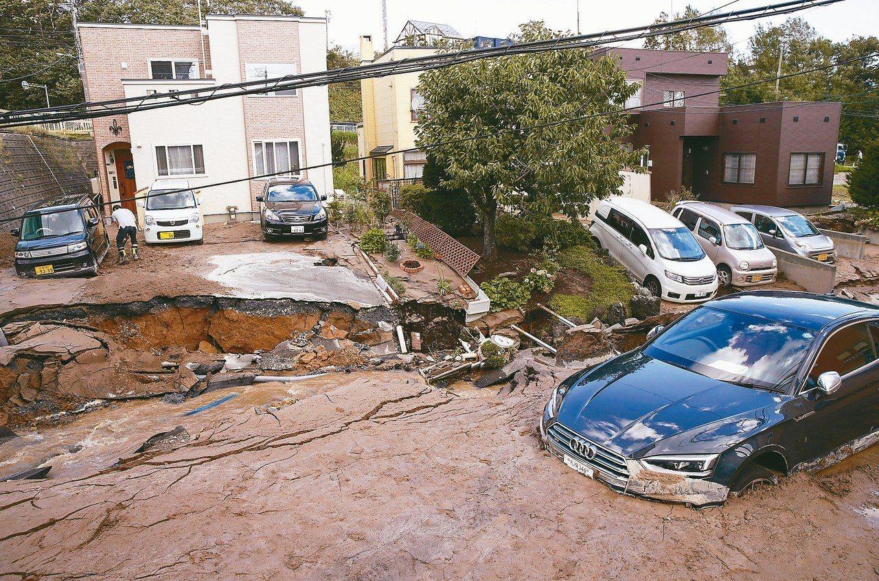 日本北海道6日發生強震,引發土石流,多棟民宅倒塌,汽車也因土壤液化陷在泥濘中 。...
