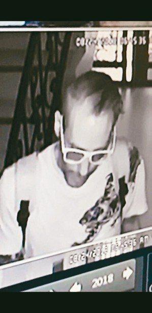 孫武生在菲律賓飯店的影像。 刑事局/提供
