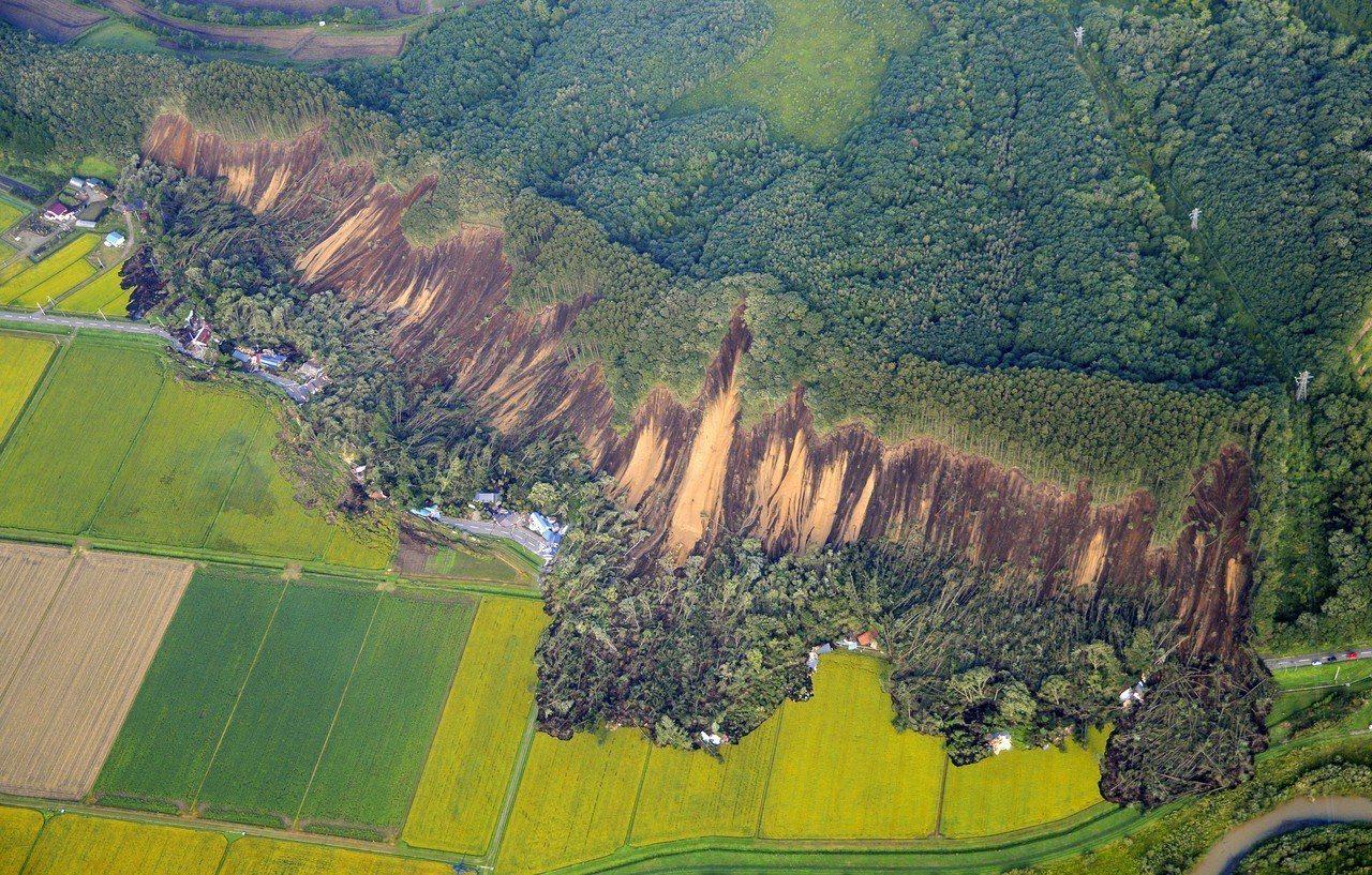 日本北海道今天凌晨觀測到6.7強震,接近震央附近的厚真町發生大規模土石流。歐新社