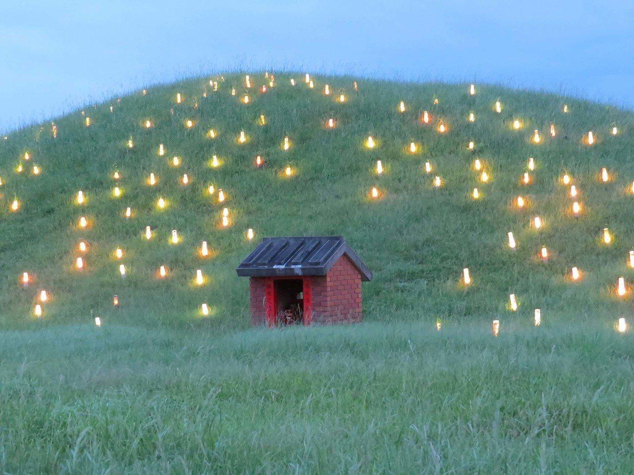國立傳統藝術中心宜蘭傳藝園區今年2月起,在入口處旁的小山丘設有竹燈裝置藝術。有網...