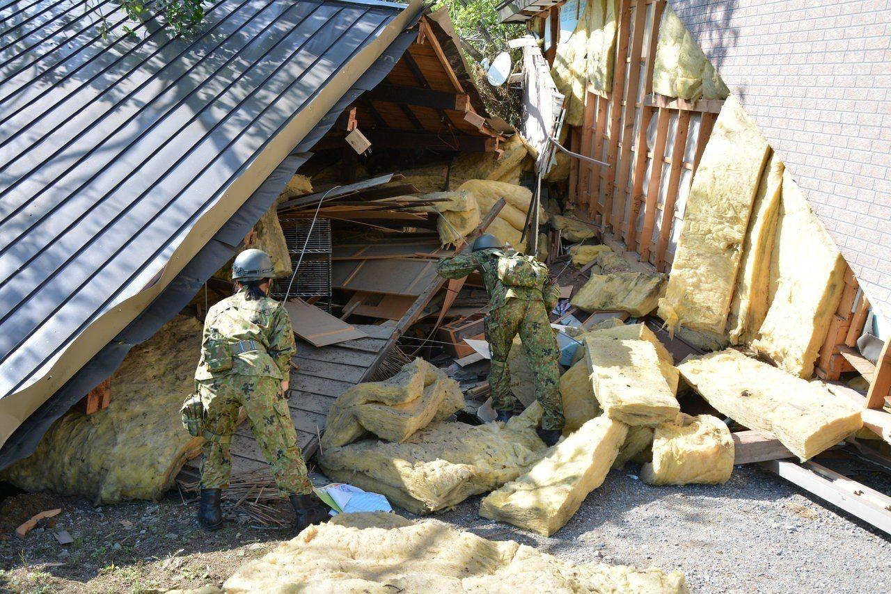 救援人員進入瓦礫堆中搜尋,盼能找到生還者。 路透社