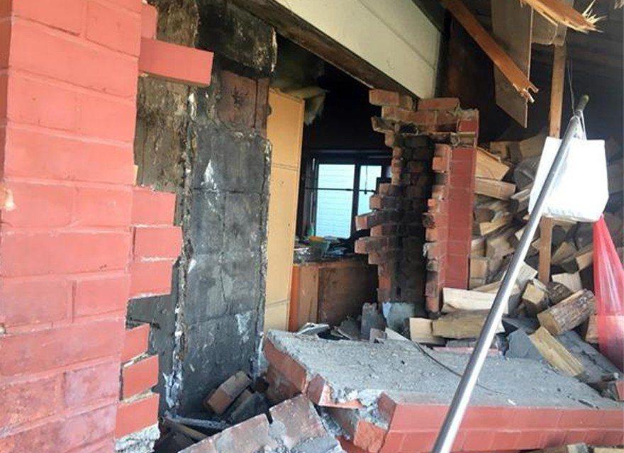 有民眾的房子,被掉落的煙囪擊穿屋頂,造成損壞。 圖片來源/「日本產經新聞」網站