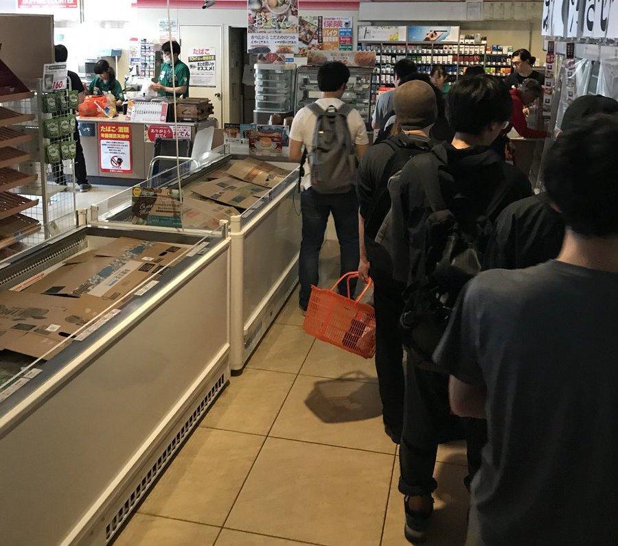日本北海道發生強震後餘震不斷,民眾把握時間湧入便利商店搶購食物。圖擷自推特