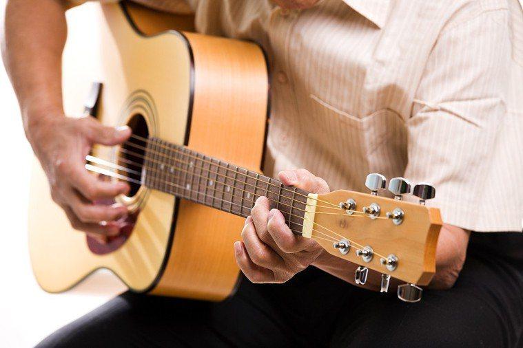 玩樂器,能促進大腦發展。 圖片/ingimage