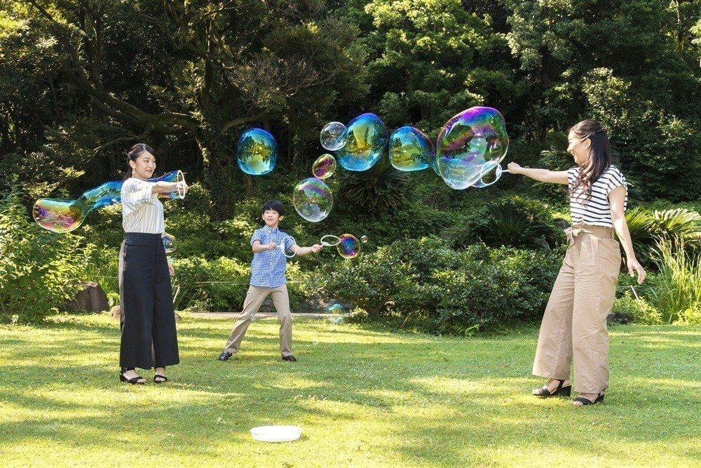 日本的小王子悠仁親王今天歡慶12歲生日,管理日本皇室的宮內廳發布了一組悠仁和兩位...