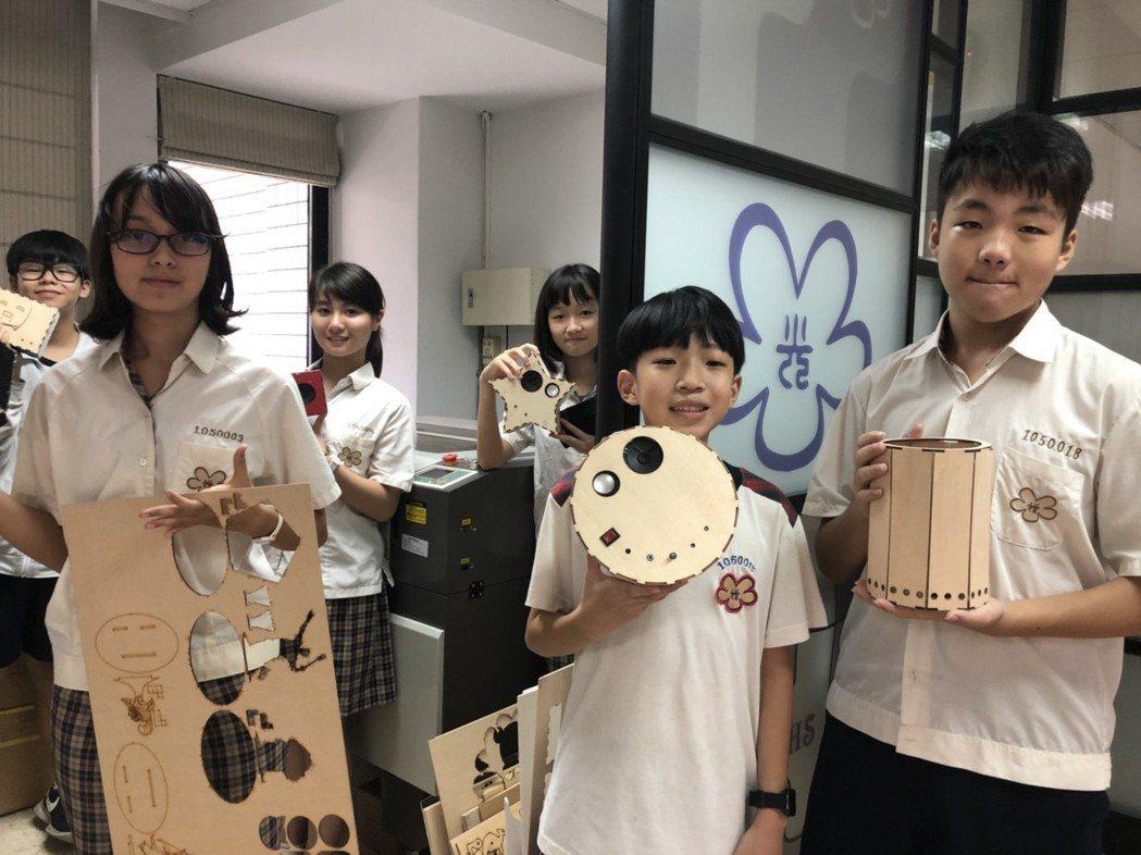 學生自行選擇喇叭、光感應燈、或聲控播音器等實作產品,透過五花八門的創意,變成了具...