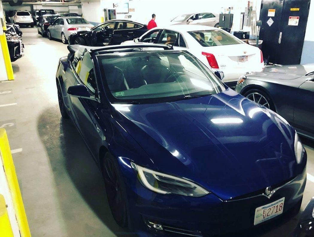 網友無意間在停車發現敞篷的Model S。 摘自carscoops