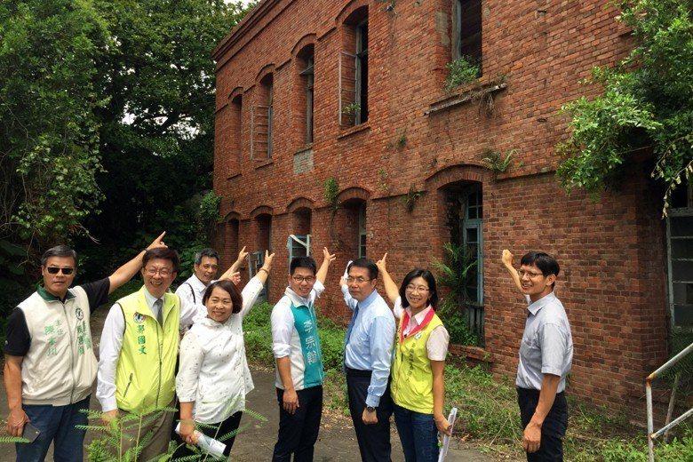 民進黨台南市長提名人黃偉哲(右三),率隊考察鹽水岸內糖廠,表示將爭取轉型為影視園區。 圖/聯合報系資料照
