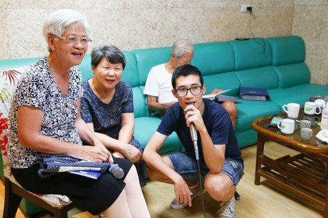 台北市陽明老人公寓,學生王斯特(右)與爺爺奶奶們一起歡唱KTV。  記者王騰毅...